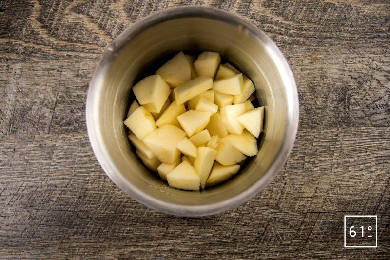 Sorbet de pomme, cumin et liqueur de prune - mettre les morceaux de pommes dans le pichet
