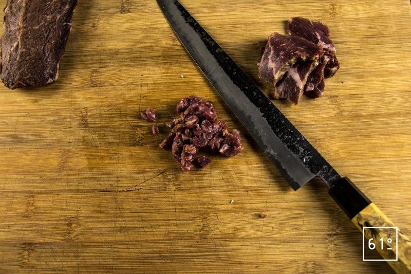 Tartines de Picahna de Black Angus Challenge Lascours avec King of the grill - Alexandre Hurson - Maison Boucherie Lascours - Découper la picahna salée au café