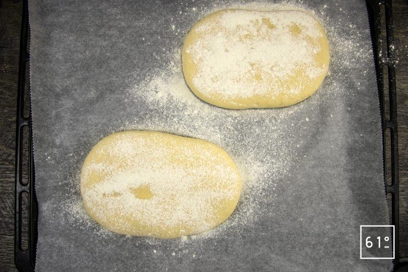 Faluche le pain Ch'ti - mettre de la farine sur le dessus des pains