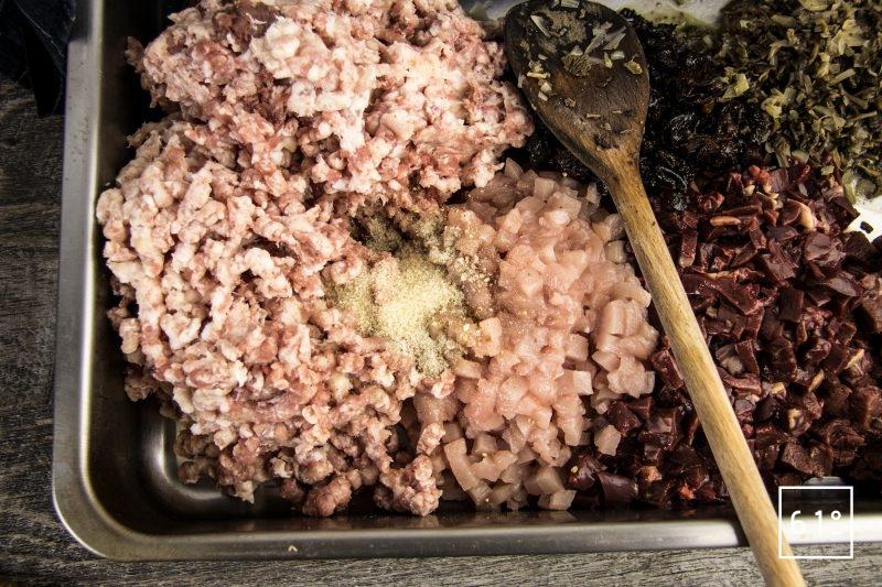 Pâté croûte de canard aux pruneaux et au Rivesaltes - ajouter le sel, le poivre, les échalotes et champignons cuits aux viandes