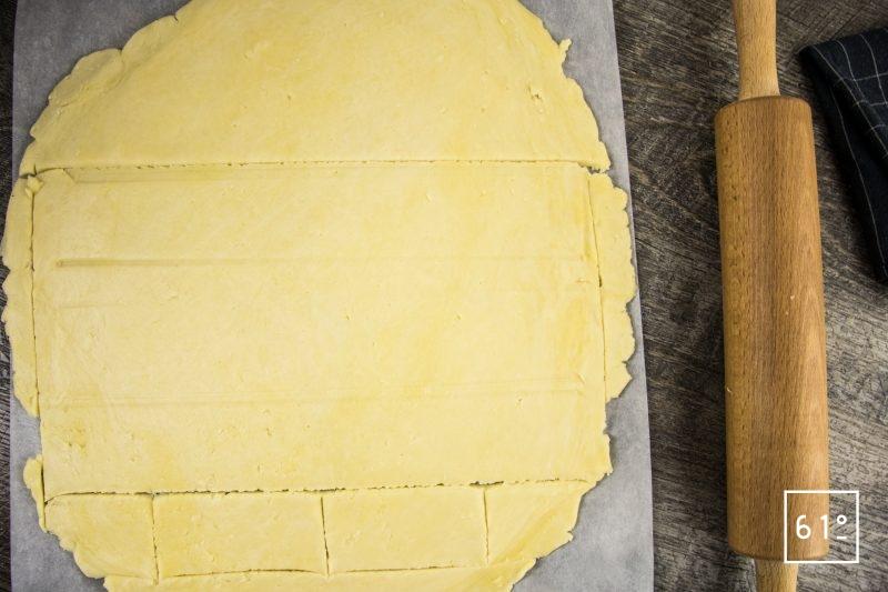 Pâté croûte de canard aux pruneaux et au Rivesaltes - étaler et découper la pâte