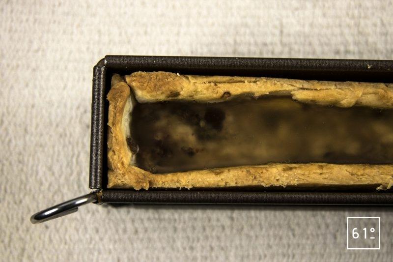 Pâté croûte de canard aux pruneaux et au Rivesaltes - verser la gelée sur le mini pâté croute