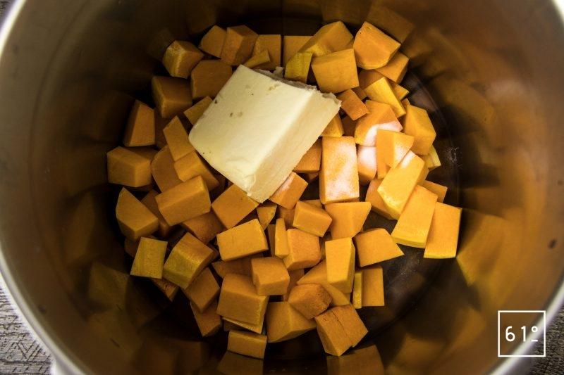 Soupe de butternut caramélisée - ajouter le beurre et le bicarbonate de sodium