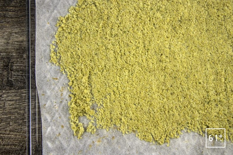 Sel aux fleurs de sureau - déshydrater le mélange de sel et de fleurs de sureau