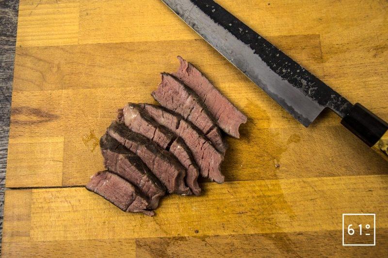 Wagyu en basse température sous vide et carottes à la confiture de myrtille - découper la viande de wagyu