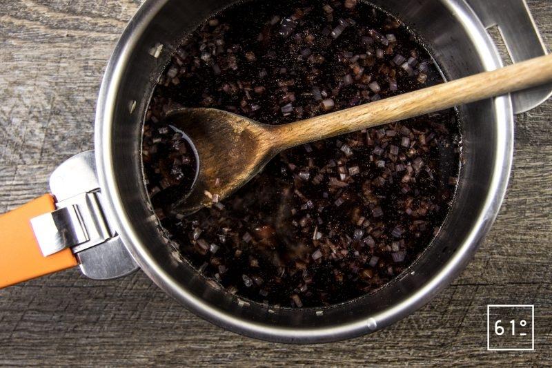 Wagyu en basse température sous vide et carottes à la confiture de myrtille - laisser infuser les échalotes et le vin rouge