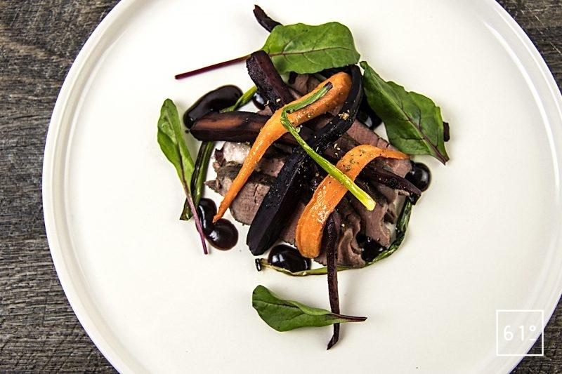 Wagyu en basse température sous vide et carottes à la confiture de myrtille