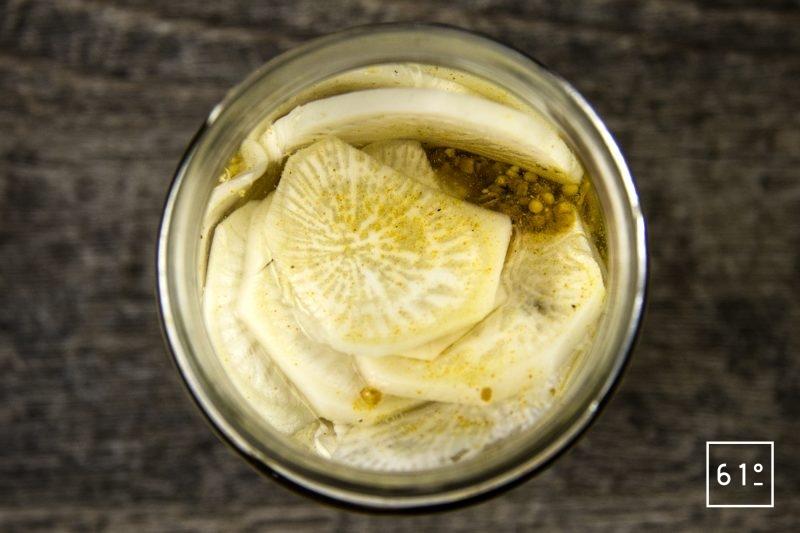 Pickles de radis noir au sel des vikings - rassembler le radis noir avec le sel des vikings et le vinaigre