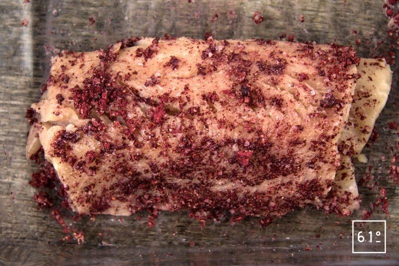 Truite fario et rhubarbe - recouvrir les filet de truite avec le sel et la poudre de framboise