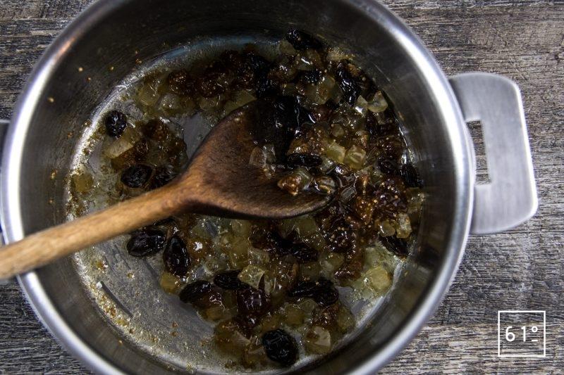 Carpaccio fumé de cerf - cuire les morceaux de figues, de gingembre et de raisin