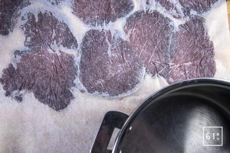 Carpaccio fumé de cerf - taper avec une casserole lourde pour aplatir les tranches de cerf