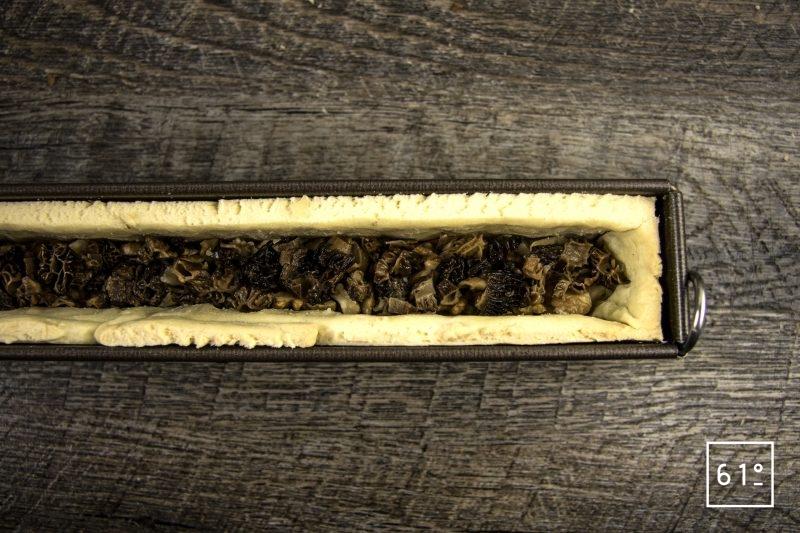 Pâté croute aux morbiers, aux tommes du Jura et aux morilles - au centre du pâté croute déposer les morilles cuites et hachées