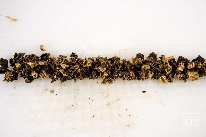 Pâté croute aux morbiers, aux tommes du Jura et aux morilles - découper les morilles