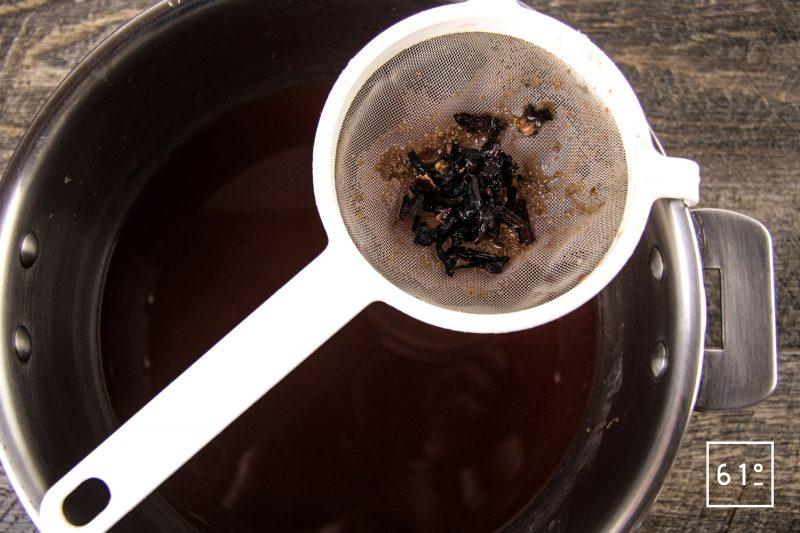 Vacherin cerise sureau et framboise - filtrer l'infusion d'hibiscus