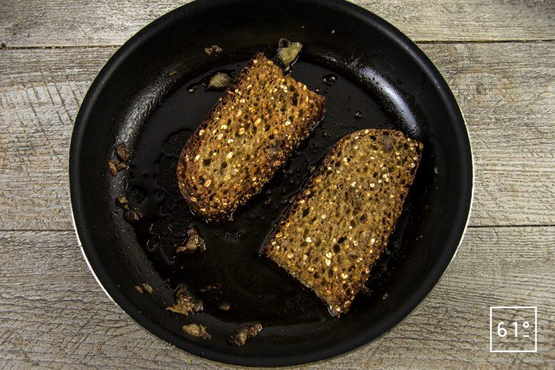 Goulache - dorer le pain allemand à l'épeautre dans la moelle