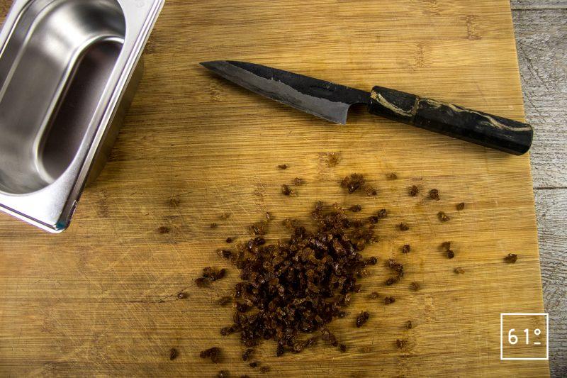 Mignardise fausse tête de chanvre chocolat - découper les raisins