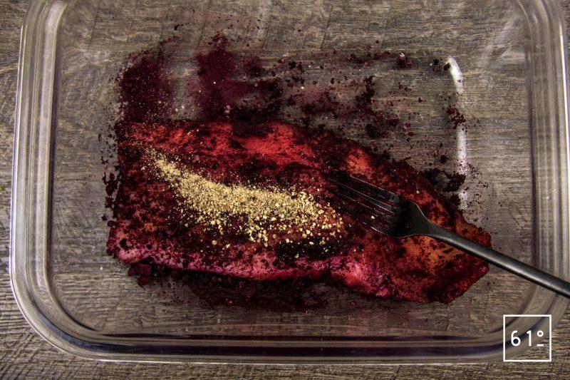 Gravlax fumé de truite, quinoa et sauce verte - frotter le filet de truite avec de la poudre de betterave le sel le sucre et le rhum