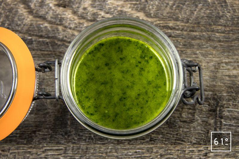 huile verte au persil et à la roquette - mettre dans un bocal