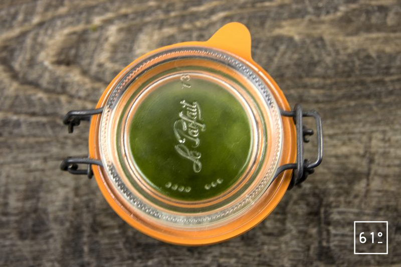 huile verte au persil et à la roquette - mettre sous vide et laisser infuser