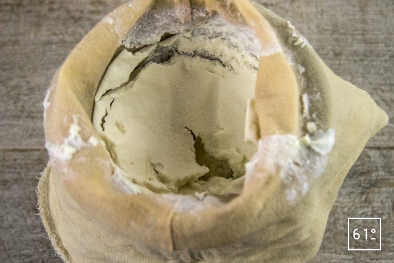 Fromage frais de kéfir aux baies roses - passer à l'étamine à fromage