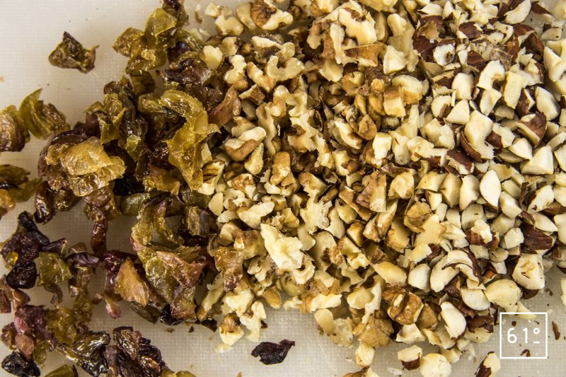 Pain d'automne - tailler les raisins et les fruits à coque