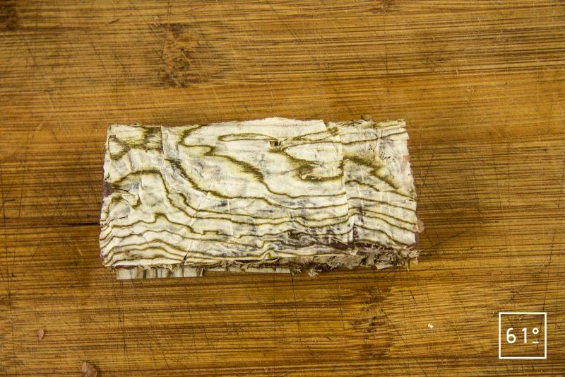 Salaison de thon et oboro kombu - empaqueter le thon dans les feuilles d'oboro kombu