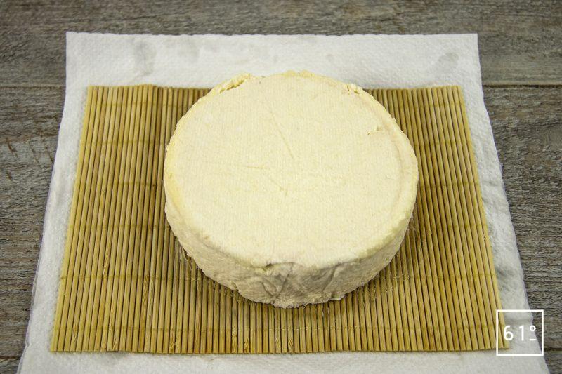 Fromage sec de kéfir typé Gruyère - déballer le fromage