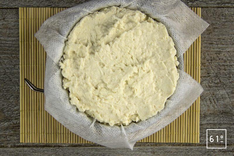 Fromage sec de kéfir typé Gruyère - garnir les moules
