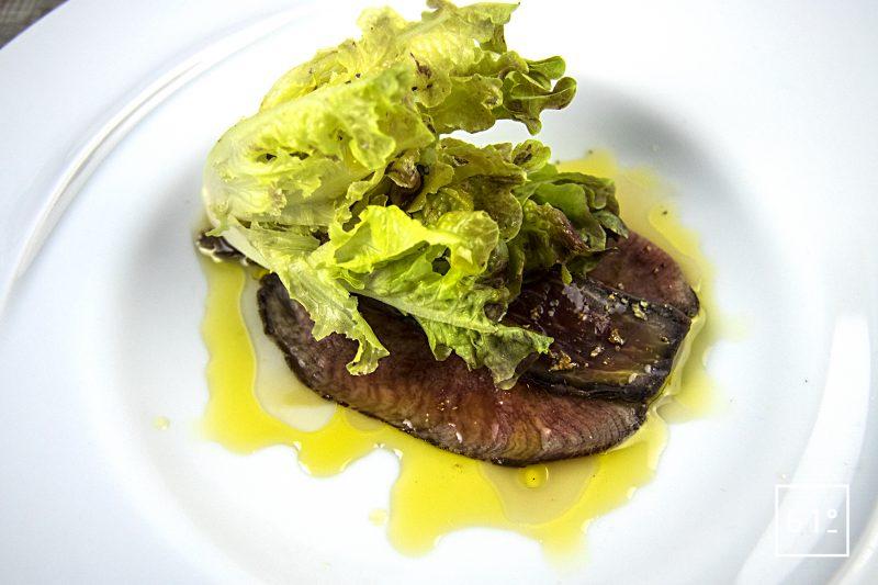 Langue de bœuf en salaison et laitue battavia en deux textures