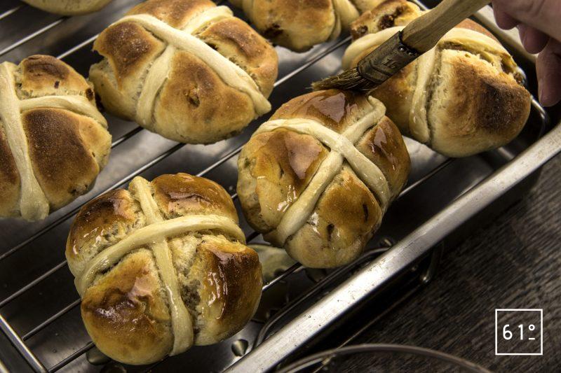 Hot cross buns - badigeonner de sirop
