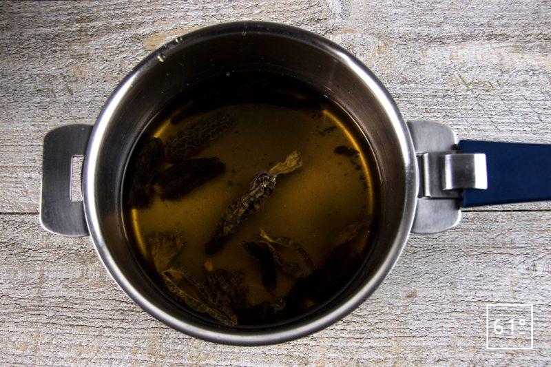 Poularde de Bresse au vin jaune et aux morilles - cuire les morilles