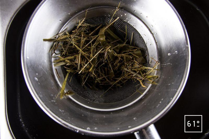 Poularde de Bresse au vin jaune et aux morilles - filtrer le bouillon de foin