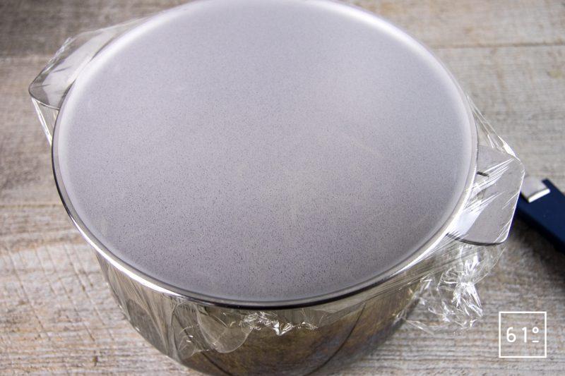 Poularde de Bresse au vin jaune et aux morilles - infuser le bouillon de foin
