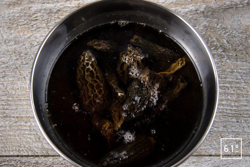 Poularde de Bresse au vin jaune et aux morilles - réhydrater les morilles