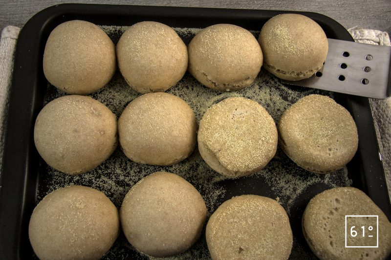 Muffin anglais au levain - retourner à mi-cuisson