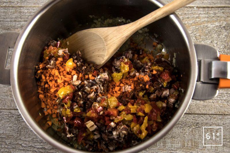 Pâtes soufflées et sa sauce à la salaison de noir de Bigorre - ajouter les carottes les poivron la salaison...