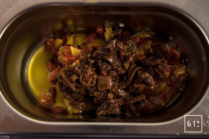 Pâtes soufflées et sa sauce à la salaison de noir de Bigorre - découper les tomates séchées et les poivrons