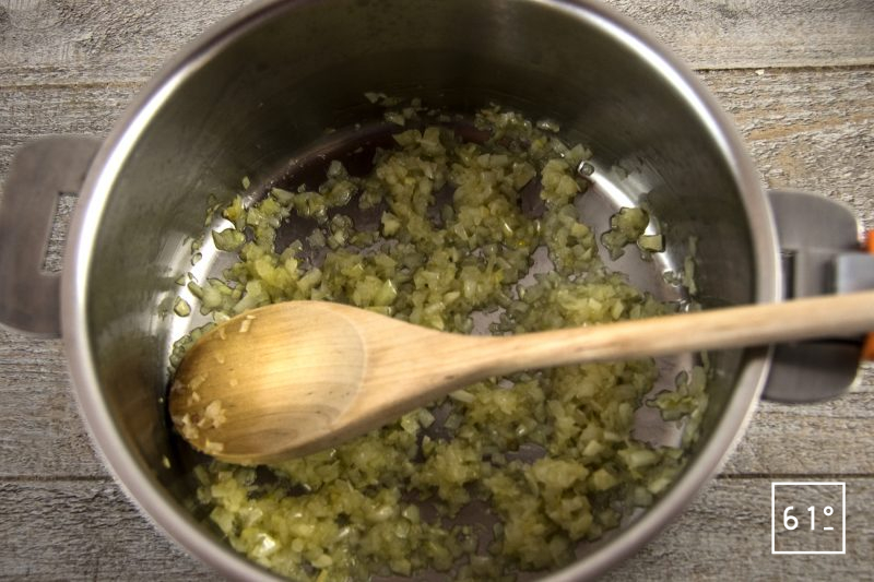 Pâtes soufflées et sa sauce à la salaison de noir de Bigorre - faire suer les oignons