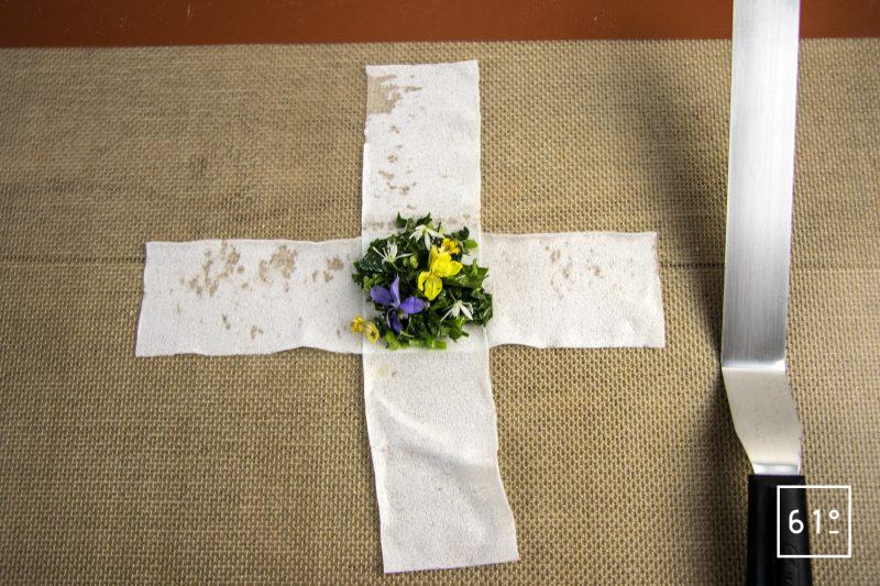 Raviole végétale aux herbes sauvages - déposer au centre de la croix les herbes et fleurs