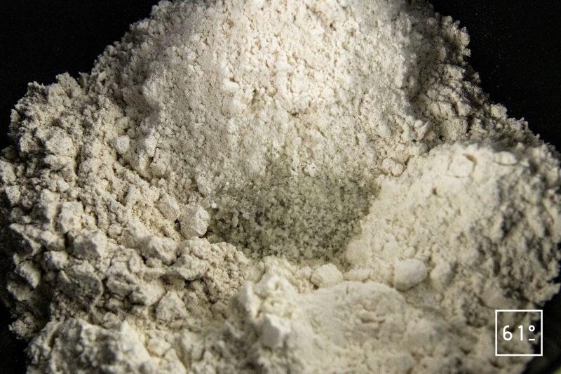 Pain à la betterave - mélanger les farines et le sel