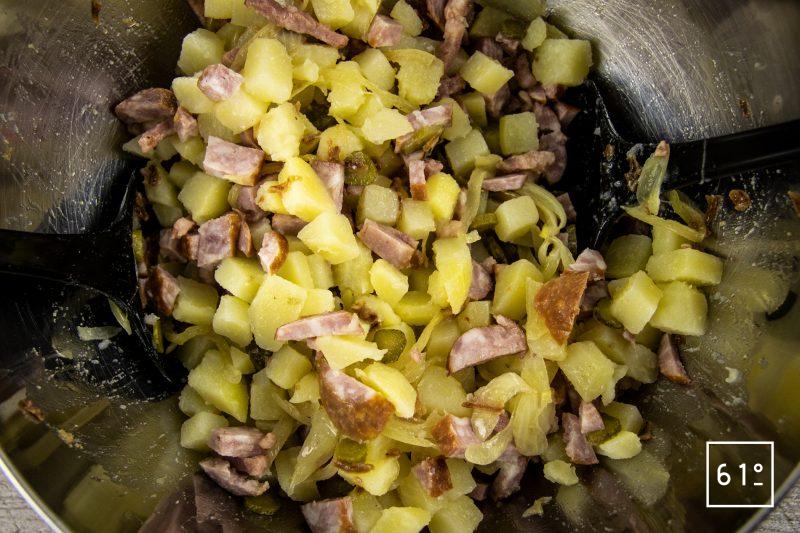 Salade de pommes de terre et saucisses de Montbéliard - ajouter les pommes de terre