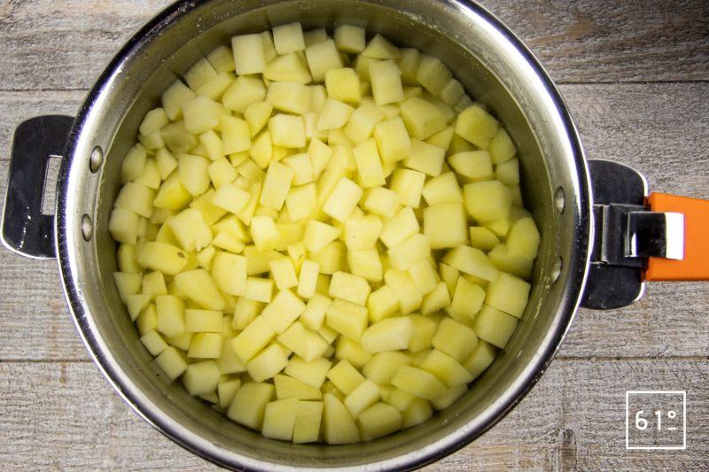Salade de pommes de terre et saucisses de Montbéliard - cuire les pommes de terre