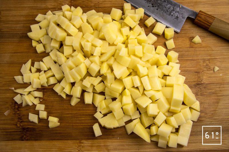 Salade de pommes de terre et saucisses de Montbéliard - découper les pommes de terre en cubes