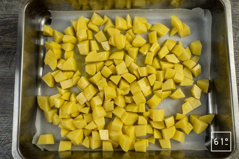 Batata harra - mettre les morceaux de pommes de terre huilés dans un plat pour aller au four