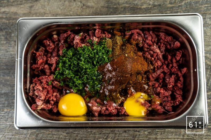 Kéfta - ajouter les ingrédients à la viande hachée