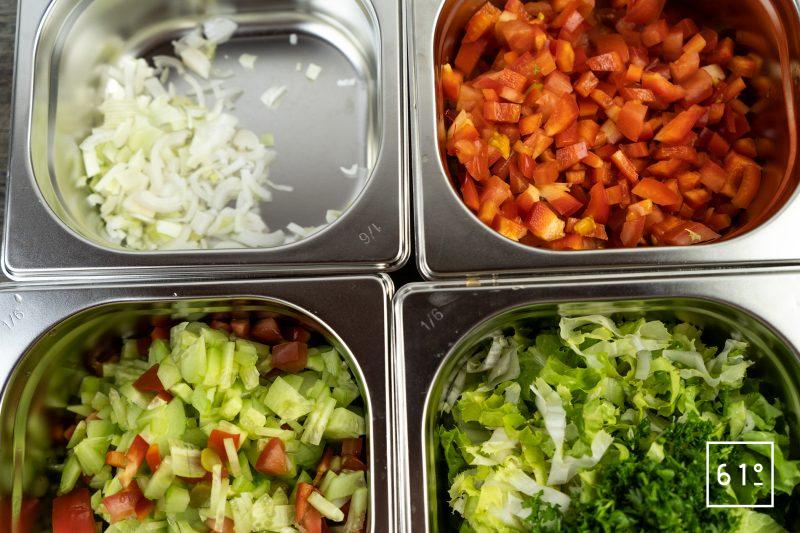 Kisir - couper les légumes